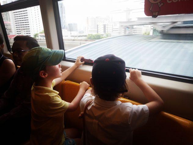 Skytrain fahren in Bangkok